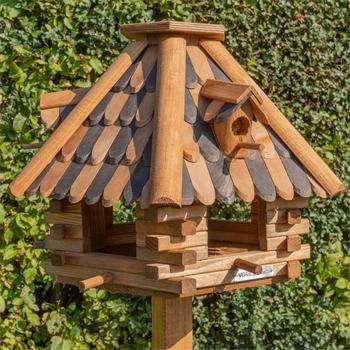 """VOSS.garden """"LilleHus"""" - hochwertiges Vogelhaus mit Dachschindeln, inkl. Ständer"""