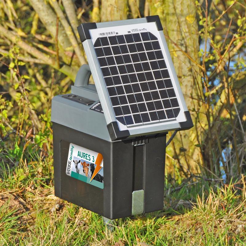43855-Weidezaungeraet-Batteriegeraet-mit-Solarmodul-aufgestellt-VOSS.farming.jpg